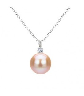 Glistening Pearl Pendant Necklace